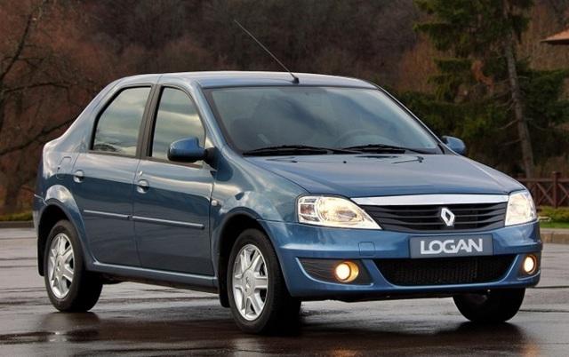 Renault Logan ></noscript> Настоящий пробег логана» width=»640″ height=»402″ class=»size-full aligncenter» /> </p> <p>Учитывая очень демократичную стоимость автомобиля Рено Логан второй генерации, сложно выявить конкретные минусы в технической части. Авто оснащено по-простому, здесь вы не найдете турбин и сверхсовременных технологий.</p> <p> Зато автомобиль надежен и прекрасно служит своему владельцу. По основной технике до 200000 км практически нет ремонтов. В такси фиксируются пробеги в 500000 км до капитального ремонта движка или его замены на новый.</p> <p> Это очень хороший ресурс.</p> <h3>Некоторые специфические особенности Логана 2</h3> <p>При покупке стоит смотреть не только на техническую часть, но учитывать и десятки различных нюансов. К примеру, можно смело сказать, что Logan не будет удачным приобретением, если вы купите машину с пробегом под 200000 км или больше.</p> <p> Скорее всего, весь ресурс машины был уже выкатан до вас, остались только постоянные ремонты и не самая надежная поездка. Так что придется серьезно подойти к проверке пробега.</p> <p> Кстати, скручивать километраж на Логане проще простого, так что лучше диагностировать авто по вторичным признакам.</p> <p>Также внимание следует обратить на такие особенности:</p> <ul> <li>состояние ЛКП, особенно на арках задних колес, где гравий и пескоструй быстро выводят из строя лакокрасочное покрытие и становятся причиной образования первых очагов коррозии;</li> <li>оптика — на многих автомобилях после 150000 км пробега стекла передних фар тускнеют и покрываются царапинами, полировать их нет смысла, придется раскошелиться на замену в сборе;</li> <li>состояние Media Nav, если система установлена на автомобиль, очень часто глюки этой системы могут свидетельствовать о проблемах с проводкой, покупки такой машины стоит избегать;</li> <li>износ элементов салона — рулевое колесо остается новым до 100000 км, также как и ручка КПП, а кнопки начинают стирать краску только после 160000 км пробега, так что это при