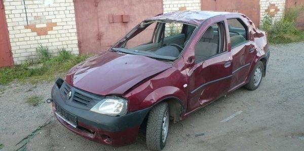 Renault Logan ></noscript> Настоящий пробег логана» width=»600″ height=»298″ class=»size-full aligncenter» />Замена стекол чаще всего говорит о ДТП или уголовном прошлом ТС</p> <h3>Как узнать, скручен ли пробег на одометре</h3> <p>На любом виде подержанного автомобиля есть возможность обнаружить скрученный пробег.</p> <h3>Для механического спидометра</h3> <p>Здесь цифры расположены на специальных барабанах, при переключении они должны стоять ровно, в противном случае перед вами случай корректировки одометра.</p> <p>Также стоит произвести осмотр зоны, где имеется <strong>крепление тросика для спидометра</strong>, на предмет открученной гайки крепежа.</p> <h3>Для электронного спидометра</h3> <p>нужно обратиться в официальный центр, поскольку признаки скрученного пробега будут видны на приборной панели. Так как в них имеются платы, покрытые лаком, то отыскать следы перепаянных элементов и стертого лака легко. Они сразу отражаются на поверхности при попытке изменить их.</p> <h3>Где хранится пробег автомобиля</h3> <p>Такие данные хранятся на бортовом компьютере. Если имелись следы вмешательства, то обнаружит их мастер по электронике.</p> </p> <p>Для автомобилей производства Америки и Канады он также хранится также <strong>в базе данных Carfax и Autochek</strong>. У японских автомобилей есть лист с аукциона, в каком указывается километраж автомобиля.</p> <p>Это происходит только при первой покупке автомобиля, в дальнейшем этот документ просто теряется.</p> <h3>5 способов узнать, скручен ли километраж на других машинах</h3> <p>Теперь рассмотрим пять способов узнать, скручен ли пробег.</p> <h3>Одометр</h3> <p>Посмотрев на одометр внимательно, легко сделать вывод о набеге автомобиля. Если авто старше пяти лет, а пробег менее 100 тысяч километров, то его вероятнее всего скручивали.</p> <p>Если водитель перемещался на автомобиле <strong>больше 25 тысяч километров в течение года</strong>, то приобретать его не стоит, ибо существует риск быстрого износа.</p> <h3>Изучить официаль