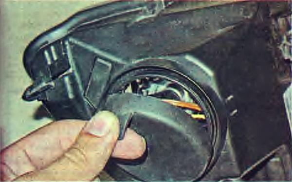Замена лампы бокового указателя поворота Renault Logan