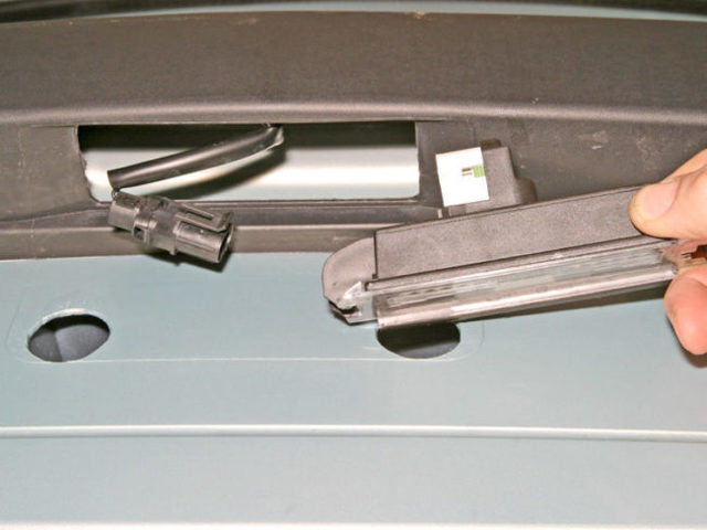 Замена лампы фонаря освещения заднего номерного знака Renault Logan/Sandero