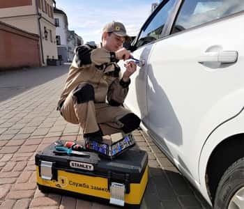 Volkswagen polo v ></noscript> капот аварийного открывания срочно!» width=»350″ height=»300″ class=»size-full aligncenter» /></p> <ol> <li>При помощи отвертки отогнуть верхний угол водительской двери от кузова (место отгибания и стержень самой отвертки лучше обмотать изолентой или скотчем, чтобы не поцарапать лакокрасочное покрытие);</li> <li>Взять жесткий металлический прутик диаметром около 6 мм., один из концов загнуть в форме буквы Г;</li> <li>Полученное приспособление аккуратно просунуть внутрь салона через проем, образовавшийся в месте отгибания дверной конструкции;</li> <li>Поддеть внутреннюю ручку блокировки и открыть дверь.</li> </ol> <h3>Как открыть бензобак в Поло?</h3> <p>Если не получается открыть бензобак машины, скорее всего заржавел фиксирующий язычок замка, что привело к его заклиниванию. Выйти из ситуации можно так:</p> <ol> <li>В багажнике авто демонтировать часть обшивки в области расположения лючка;</li> <li>В образовавшийся проем просунуть руку;</li> <li>Нащупать фиксирующий язычок и сдвинуть его рукой – крышка бензобака откроется.</li> </ol> <div style=