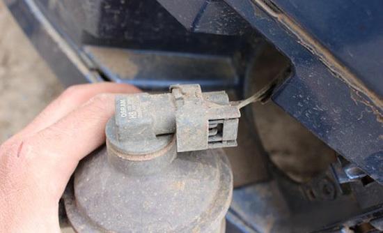 Замена ламп в противотуманных фарах Ford Focus 2