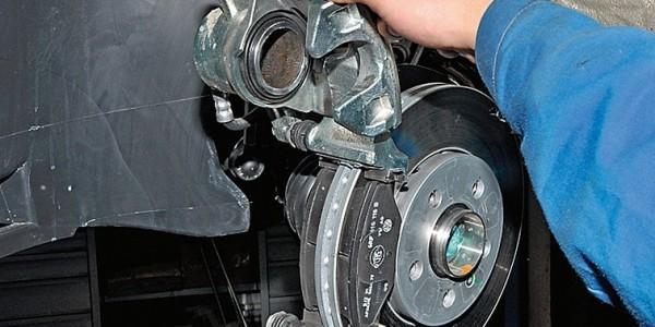 Замена колодок тормозных механизмов передних колес Volkswagen Polo седан