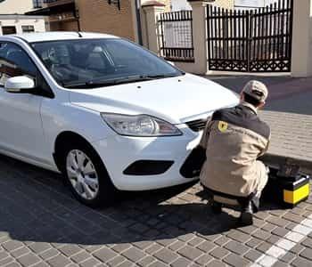 Volkswagen polo v ></noscript> капот аварийного открывания срочно!» width=»350″ height=»300″ class=»size-full aligncenter» /></p> <ol> <li>Демонтировать левое колесо, радиаторную решетку либо защитный поддон двигателя снизу авто;</li> <li>Через полученный проем вставить спицу или любой другой металлический прутик с загнутым в форме крючка концом в подкапотное пространство;</li> <li>Нащупать конец тросика, резко дернуть – крышка капота поднимется.</li> </ol> <h3>Как разблокировать багажник?</h3> <p>Открывание багажника может быть затруднено по разным причинам – поломка замка, неисправность проводки. Независимо от причины, выполнять вскрытие придется изнутри.</p> <p>Сначала нужно откинуть спинки заднего сидения, независимо от того, какой тип кузова у авто – хэтчбек или седан. Пролезть в багажник изнутри и снять часть обшивки в области расположения замка, демонтировав крепежные клипсы.</p> <p> Затем изъять пластиковую заглушку на внутренней стороне багажного запирающего механизма – появится отверстие. В это отверстие нужно вставить отвертку и выполнить несколько оборотов.</p> <blockquote> <p> Останется подойти к багажнику снаружи и поднять его рукой.</p> </blockquote> <p>Бывает, что не открывается багажник при отрицательной температуре воздуха. Причина – превращение скопившегося в личинке замка конденсата в лёд. Решить проблему можно, воспользовавшись спреем-размораживателем или отогрев механизм феном.</p> <h3>Как открыть дверь Поло?</h3> <p>Самая распространенная причина, когда не получается попасть в салон машины – забытые внутри ключи. Выбивать стекло в подобной ситуации нецелесообразно – придется не только тратить денежные средства на восстановление автомобильного окна, но и извлекать осколки из дверной конструкции. Произвести вскрытие можно так:</p> <p><img src=