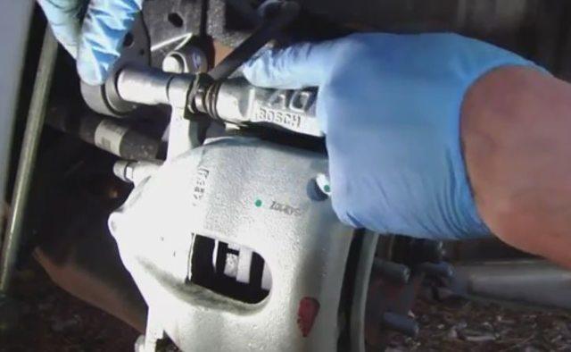 Замена задних тормозных колодок на Тойота Королла 2008 видео