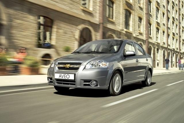 Renault Logan ></noscript> Настоящий пробег логана» width=»640″ height=»428″ class=»size-full aligncenter» /> </p> <p>Интересно, что практически все представители класса надежные и довольно выносливые. Среди них нет ни одного отечественного автомобиля, которые в этом возрасте оказались вне конкуренции.</p> <p> За эти же деньги можно нацелиться на новую Ладу Гранту, но при достойном выборе автомобиля на вторичном рынке вам удастся купить гораздо более комфортный и качественный автомобиль с хорошими техническими параметрами и удачным оснащением.</p> <p>Предлагаем посмотреть обзор Рено Логан на следующем видео:</p> <h3>Подводим итоги</h3> <p>Сложно рекомендовать автомобиль к покупке на российском рынке. Проблема в том, что владельцы не всегда хорошо относятся к технике, убивая ее к 80-100 тысячам км пробега. Поэтому выбор определенной модели не имеет значения для покупателя в РФ.</p> <p> Куда больше важных особенностей есть в подборе экземпляра, над которым не издевались в процессе поездки и сервиса. Угадать в этом случае будет очень сложно. К примеру, многие автомобилисты сматывают пробег, меняют коврики и чехлы на сидениях, создавая видимость нового автомобиля.</p> <p> Важно замечать эти уловки и найти для себя машину в действительно хорошем состоянии.</p> <blockquote> <p>После ДТП Логан брать не стоит, так как коррозия быстр разъест отремонтированные детали.</p> </blockquote> <p> даже заводская защита от ржавчины далеко не всегда спасает автомобиль от жучков и мелких неприятностей, а кустарный ремонт кузова и вовсе приведет к быстрому разрушению. По технике Логан отлично держится, не требует постоянного ремонта и обслуживания.</p> <p> Если вам нужна практичная и недорогая машина, то Logan 2 станет одним из лучших вариантов выбора на вторичном рынке. А что вы думаете о покупке нового Логана?</p> <h2>Решил убедиться, так ли надёжен Рено Логан, как его хвалят. Разобрал машину с пробегом 370 000 км. и сделал выводы</h2> <p>Если опросить достаточно обширное число автовла