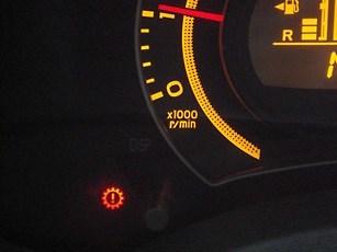 Toyota Corolla X ></noscript> Как я пободил своего робота» width=»307″ height=»230″ class=»size-full aligncenter» /></p> <p>При возникновении ошибки Р0810 не стоит сбрасывать настройки ЭБУ. Дело в том, что, сбросив настройки, можно пропустить оповещение о поломке актуатора выбора передач.</p> <h3>Распространённые проблемы, модернизация</h3> <p>К распространённым проблемам сервопривода относятся:</p> <ul> <li>Отсутствует помощь при старте;</li> <li>Переключая передачи происходят рывки. <strong>Эту проблему в актуаторе заметить сложно</strong>, так как ЭБУ адаптируется под стиль вождения и можно не сразу заметить проблему;</li> <li>Перегревается сцепление. Понять что с этим есть проблемы довольно просто, на панели приборов загорается шестеренка красного цвета, которая сопровождается звуковым сигналом, появляется запах гари, а так же коробка в положение «N» зависает.</li> </ul> <p>Если появилась ошибка p0810, то какие либо работы по инициализации ЭБУ <strong>самостоятельно производить не рекомендуется</strong>. Так как вы можете перезагрузить блок в результате чего, все настройки сбросятся и ошибки пропадут, но это только на первый взгляд, и это может повлечь за собой более серьёзные поломки, поэтому какие либо действия с ЭБУ проводить запрещается.</p> <p>Негативные последствия могут быть следующего характера:</p> <ul> <li>Сцепления начнет быстро изнашиваться, так как все данные обновятся и износ диска перестанет учитываться. Помимо этого появятся несходства в работе диска, та как точка отчета станет новой;</li> <li>Появится высокая вероятность того что, <strong>возникнут отклонения связанные с ММТ</strong>. Диск станет медленно перемещается, в результате этого появится ошибка p0810.</li> <li>По причине последнего износа сцепления, частично откажет ЭБУ. В результате автомобиль сможет двигаться с затруднениями, или вовсе не сможет передвигаться.</li> </ul> <p>Особенно проблема ощущается на моделях выпущенных в период с 2006 по 2008 год, у которых установлен MMT 89530-12