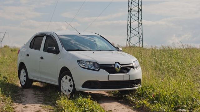 Renault Logan ></noscript> Настоящий пробег логана» width=»640″ height=»359″ class=»size-full aligncenter» /> </p> <p>Вы можете судить о реальном пробеге машины, исходя даже из диагностики ходовой. К примеру, до 50000 км никаких поломок быть практически не может.</p> <p> Далее выходят из строя наконечники рулевых тяг, после этого дают знать о себе стойки стабилизаторов. К 100000 км пробега уже подходят к замене шаровые опоры, не раньше.</p> <p> В целом машина отлично разработана и собрана, поэтому привычных для бюджетного класса проблем вы здесь не найдете.</p> <h3>Цена и основные конкуренты на рынке — на кого смотреть?</h3> <p>Для примера возьмем автомобиль 2014 года, который наездил около 120000 км. Это вполне хорошая покупка, за которую можно отдать до 400000 рублей.</p> <p> На рынке многие продавцы просят больше, но отдавать больше денег за данную машину не стоит. В пределах этой же суммы мы постараемся найти конкурентов.</p> <p> Кстати, за комплектацию переплата будет только в том случае, если вы ищете машину на автомате, но стоит помнить о его ресурсе в 200000 км и последующем дорогом ремонте.</p> <p>Итак, из конкурентов стоит выделить такие модели:</p> <ol> <li>Daewoo Gentra. Если узбекская сборка вас не смущает, можно попробовать взять машину классом выше. Это более просторный автомобиль со сравнительно неплохими параметрами, выносливыми двигателями. В нем есть проблемы, но их количество сносно для такой цены.</li> <li>Volkswagen Polo Sedan. Неплохой автомобиль с неубиваемым агрегатом, отличными коробками, прекрасным техническим оснащением. Но будьте осторожны с комплектациями, во многих авто нет даже кондиционера, а безопасность машины снижается из-за отсутствия обязательных сегодня опций.</li> <li>Hyundai Solaris. Очень неплохой Хендай вполне способен заменить вам Рено, сборка здесь гораздо лучше, да и дизайн поинтереснее. Но нужно внимательно смотреть на пробег, так как после 150000 км Солярис начинает просить немало денег для постоянного обслуживания и р