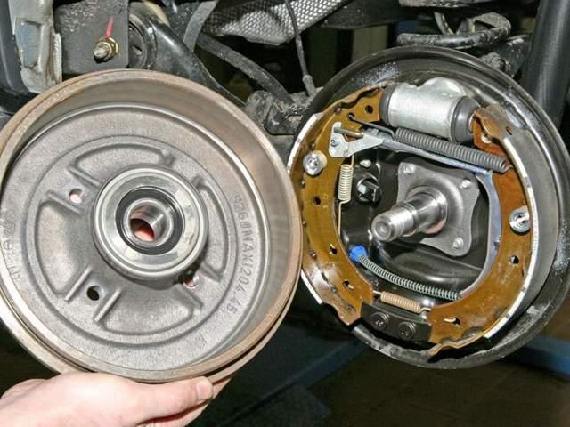 Замена колодок тормозных механизмов задних колес Renault Logan/Sandero