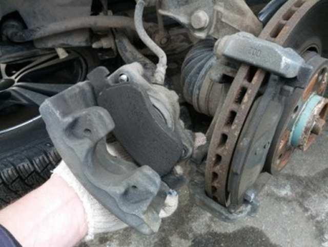 Замена колодок тормозных механизмов передних колес Renault Duster