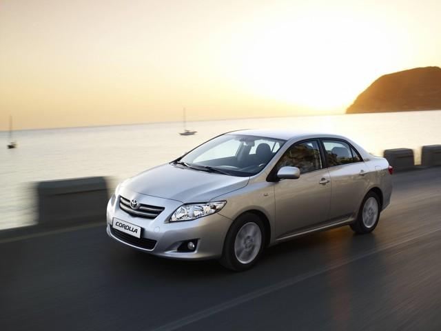 Toyota Corolla X ></noscript> Как я пободил своего робота» width=»640″ height=»480″ class=»size-full aligncenter» />Toyota Corolla 2006–19</p> <p>Второй повод для радости – это то, что называют в отзывах «мягенькая». Тут, скорее всего, важен тот факт, что среди конкурентов при покупке часто мелькал Honda Civiс, а его подвеску мягкой назвать никак нельзя. Кстати, от него часто отказывались из-за слишком буйного дизайна интерьера (а потом жаловались на унылый салон Тойоты, хе-хе).</p> <p>Ну и третье: подвеска Короллы получилась на редкость живучей. Поэтому наравне с флегматичным «… надёжная подвеска, хорошо глотающая ямки и бугорки на трассе», встречается восторженный крик, выраженный капслоком: «НИЧЕГО ВООБЩЕ НИГДЕ не менял!». Такой крик характерен при пробегах далеко за сто тысяч километров. Так что вполне его поддерживаем.</p> <p>Ненависть №1: роботизированная коробка передач</p> <p>И на старуху бывает проруха – гласит известная пословица. Тойота не стала с ней спорить и сделала робот, который поставила в Короллы и Аурисы.</p> <p> Жалоб на эту коробку было так много, что японцы одумались, и после рестайлинга 2010 года в Короллах появился практически вечный классический автомат U341E.</p> <p> Но отзывы о роботе из Интернета уже не удалишь, так что прочитать там о нём можно многое: «Робот настолько туп, убог и ужасен, что я даже не знаю, как его туда запихали». Или более сдержанно: «Сцепление и актуатор доведут до нервного расстройства владельца автомобиля».</p> <p><img src=