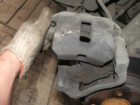 Замена колодок тормозных механизмов передних колес Renault Logan/Sandero