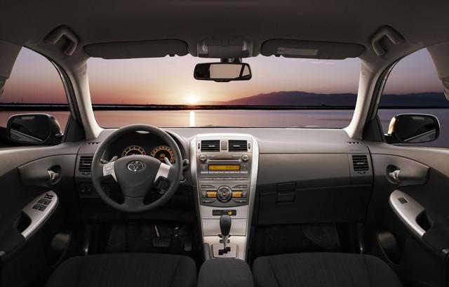 Toyota Corolla X ></noscript> Как я пободил своего робота» width=»640″ height=»409″ class=»size-full aligncenter» />Toyota Corolla 2006–19 </p> <p>Немного странный повод для любви, но, видимо, имеет право на существование: говорят о нём часто.</p> <p>Ненависть №4: подогрев сидений</p> <p>Что может быть не так с подогревом? Обычно раздражает его отсутствие, но в случае с Короллой всё ровно наоборот: он есть, но «жарит» он слишком сильно. А возможности его регулировать нет. Некоторые реагируют на это почти спокойно («… сидения удобные, с подогревом, но почему-то нет регулировки мощности», «…</p> <p> подогрев передних сидений не имеет регулировки. Только два положения: выключен и включен»), а кто-то бунтует заметно эмоциональнее: «… ты его либо включаешь, либо отключаешь. А печет он – мама, не горюй!». Что ж, согласен: когда одно место горит, очень хочется по этому поводу высказаться в Интернете.</p> <p> Это наша добрая традиция.</p> <p><img src=