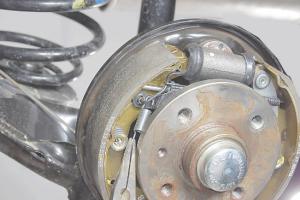 Замена задних тормозных колодок Opel Astra H