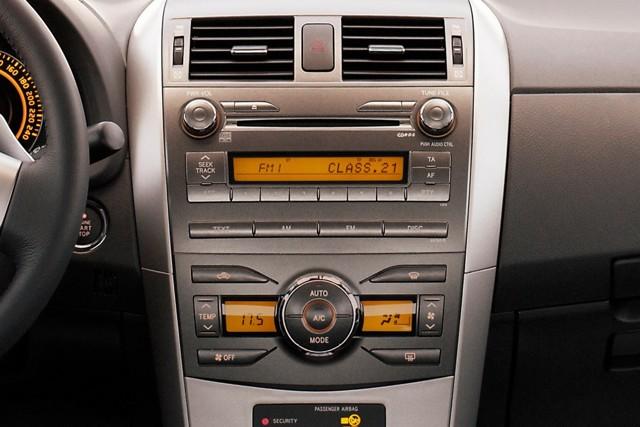 """Toyota Corolla X ></noscript> Как я пободил своего робота» width=»640″ height=»427″ class=»size-full aligncenter» />Toyota Corolla 2006–19</p> <p>Кстати, именно негромкую работу кондиционера и печки часто отмечают наравне с их эффективностью. Хотя, конечно, эффективность важнее: «Кондей – зверь)) Была ситуация тем летом: стоял в пробке в +38 С, мужик подбегает: «У тебя масло течет!"""". Ан нет, не масло! Кондей воду выливает», «… кондиционер работает четко, даже в жару в черной машине не было ощущения, что сейчас сваришься».</p> <p>Ненависть №2: ЛКП и пластик салона</p> <p>Приступаем к ненависти-классике. Она, казалось бы, типичная, но имеет свои особенности. Начнём с ЛКП.</p> <p>Вроде бы всё просто: «… легко царапается, часто приходится полировать», «… тонкий слой ЛКП. И мягкий. Сколы, царапины образуются очень быстро», «… как-то случайно задел на скорости 5 км/ час тележку у «О'кея», кусок краски отлетел за милую душу».</p> <p> С этим всё понятно – в смертном грехе слабого ЛКП замечены многие. Но наравне с этим часто говорят о том, что сколы и прочие мелкие повреждения ржавеют очень медленно. Если вовремя их «подлечивать» локальным ремонтом или хотя бы краской-карандашом, ничего страшного с металлом не происходит.</p> <p> Поэтому некоторые замечают: «… чуть что – скол, но ржавчина вроде не появлялась».</p> <p><img src="""