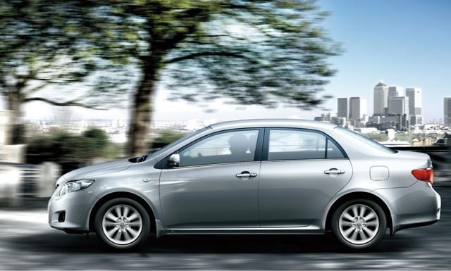 Toyota Corolla X ></noscript> Как я пободил своего робота» width=»640″ height=»385″ class=»size-full aligncenter» />Toyota Corolla 2006–19</p> <p>Хотя некоторые считают, что интерьер получился все же более скучным, чем экстерьер: «Какая же она унылая. Особенно внутри. Если снаружи она еще как-то вот кажется нейтральной такой, не сказать, чтобы страшная, и красивой не назвать, то вот в салоне…</p> <p> Эта оранжевая приборка начала меня бесить где-то через полгода после покупки. Кроме оранжевой подсветки ничего не бесит, но и не скажешь, что что-то нравится». Вообще, слово «уныло» в описании внешности Короллы занимает одну из лидирующих строчек: «Просто, обычно, неинтересно, уныло, серо», «…</p> <p> не ломающийся, но грустный и унылый обмылок». Ну хотя бы «не ломающийся». Уже неплохо.</p> <p>Наиболее точное определение владельца звучит так: «… местами красиво, местами скучновато и бедновато… ». Всё так и есть. Интересно, что среди причин продажи Короллы часто звучит формулировка «надоела». Да, не ломается, но и эмоций как-то не вызывает.</p> <p>Любовь №3: климат и кондиционер</p> <p>Тойоту всегда считали автомобилем, сделанным для любой погоды. Corolla X в этом отношении тоже показывает себя с лучшей стороны.</p> <blockquote> <p> Никто не удивляется тому, что мотор легко запустить в 30-градусный мороз, а вот то, что летом в ней не бывает жарко, удивляет многих. Редкий случай – ода кондиционеру или климат-контролю.</p> </blockquote> <p> Но владельцы Королл такие оды складывают регулярно: «Летом машина не кипит, обдув работает весьма тихо. Кондей лютый! Один раз из-за него заболел. Но сам виноват».</p> <p><img src=